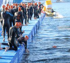 Triathlon swimmers vis Shutterstock